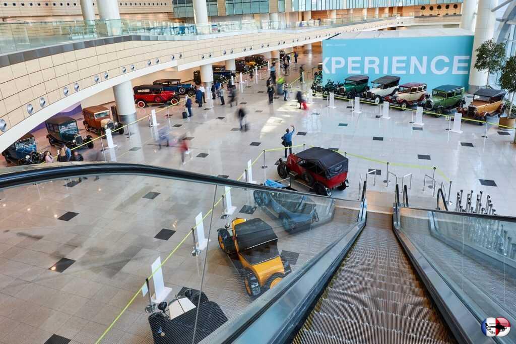 Домодедово и S7 Airlines открыли выставку ретро-автомобилей